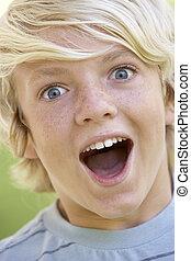 regarder, garçon, adolescent, excité, portrait