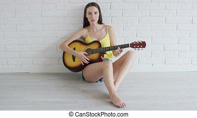 regarder, guitare, femme, appareil photo, jeune