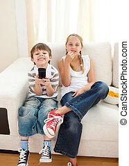 regarder, heureux, frères soeurs, tv