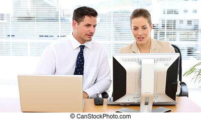 regarder, heureux, informatique, equipe affaires