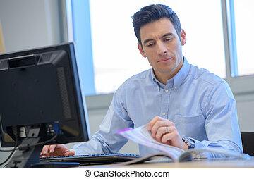 regarder, homme affaires, catalogue, par, bureau