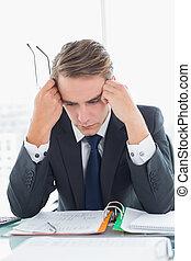 regarder, homme affaires, documents, bureau, inquiété