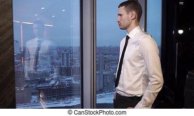 regarder, homme affaires, fenêtre, par