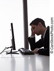 regarder, homme affaires, informatique, bureau, inquiété