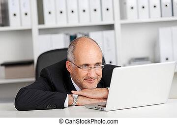 regarder, homme affaires, ordinateur portable
