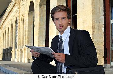 regarder, homme affaires, papier, jeune