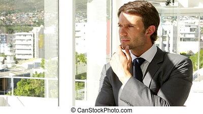 regarder, homme affaires, pensif, fenêtre, dehors