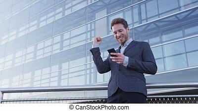 regarder, homme affaires, reussite, -, cellule, heureux, ...