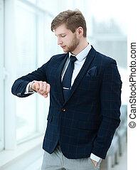 regarder, homme affaires, sien, montre, bureau