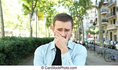 regarder, homme appareil-photo, rue, triste, frustré