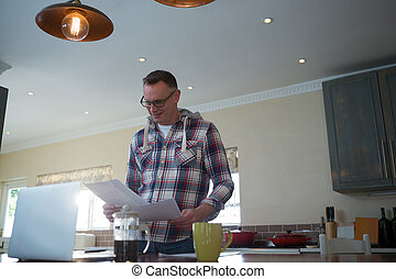 regarder, homme, cuisine, document