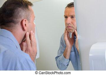 regarder, homme, miroir