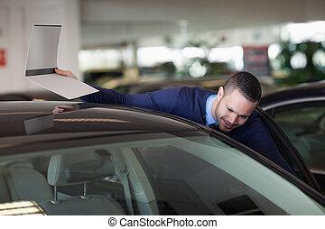 regarder, homme, voiture, intérieur