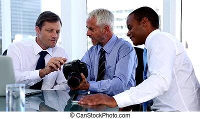 regarder, hommes affaires, appareil photo