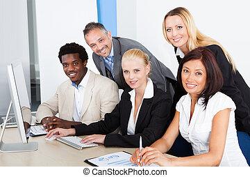 regarder, informatique, groupe, businesspeople