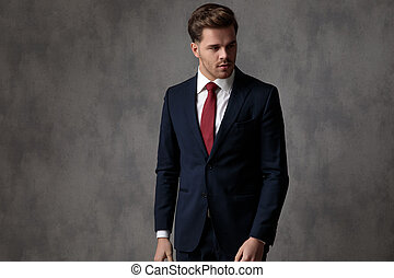 regarder, intéressé, complet, homme affaires, bleu, quoique, porter, loin