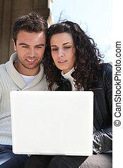 regarder, leur, couple, ordinateur portable