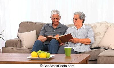 regarder, leur, couple, pho, personne agee