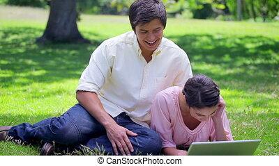 regarder, leur, ordinateur portable, couple, sourire