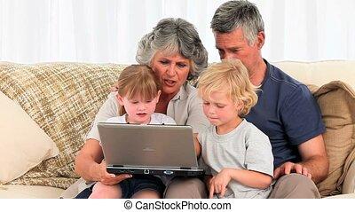 regarder, leur, ordinateur portable, famille