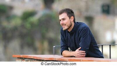 regarder loin, balcon, homme, heureux