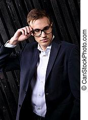 regarder, lunettes, studio, business, arrière-plan., pensée, homme, bas, élégant, closeup, tenue, complet, branché, portrait, lunettes, sombre, noir