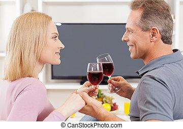regarder, mûrir, séance, dépenser, couple, temps, lunettes, gai, tv, quoique, autre, ensemble., tenue, chaque, vue frontale, côté, vin rouge