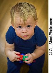 regarder, mains, plancher, vue, sommet, séance garçon, mignon, haut., peu, sien, jouets, portrait
