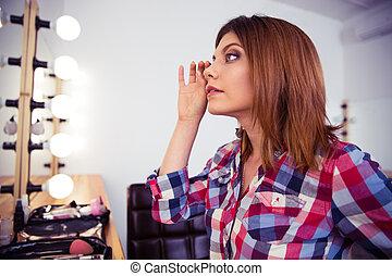 regarder, maquillage, femme, elle, miroir