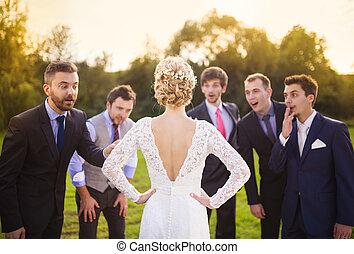 regarder, mariée, groomsmen