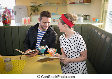 regarder, menu, restaurant, couple