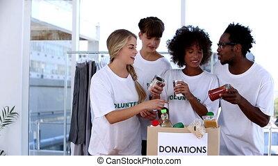 regarder, mettre, volontaires, nourriture