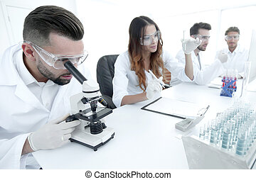 regarder, microscope, échantillons, technicien, laboratoire, mâle