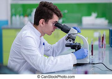 regarder, microscope, scientifique, par, étudiant