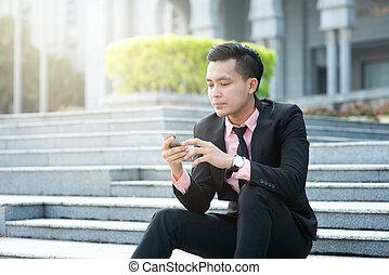 regarder, mobile, homme, téléphone