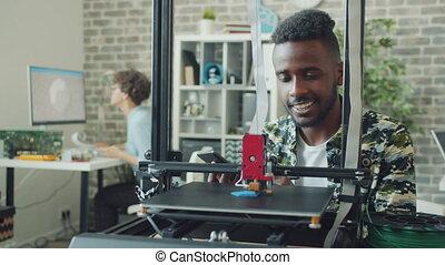 regarder, modèle, afro-américain, utilisation, tablette, ...