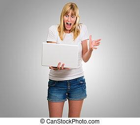 regarder, ordinateur portable, femme, choqué
