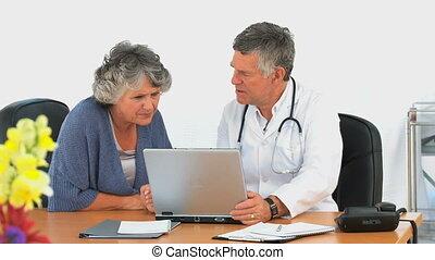 regarder, ordinateur portable, femme, elle