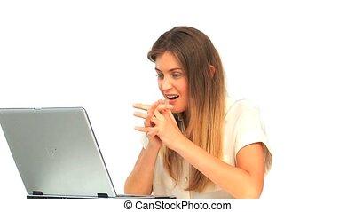 regarder, ordinateur portable, femme, elle, heureux