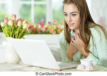 regarder, ordinateur portable, femme, jeune
