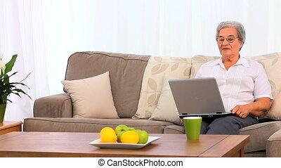 regarder, ordinateur portable, femme, personnes agées, elle