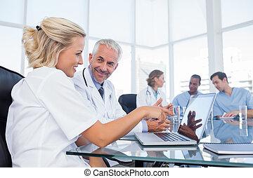 regarder, ordinateur portable, sourire, deux, médecins