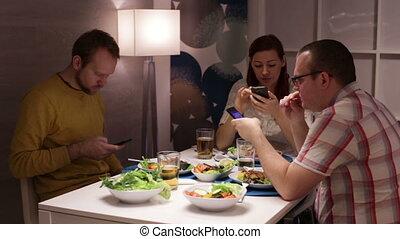 regarder, pendant, dîner, smartphone, amis