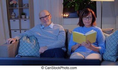regarder, personne agee, maison, livre, couple, tv, lecture