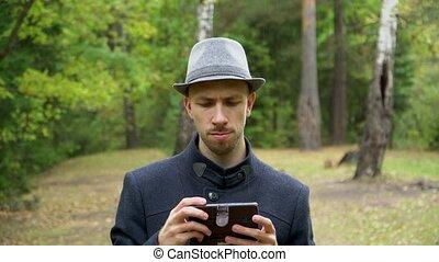 regarder, pluie, téléphone, homme, quelque chose, chapeau, manteau