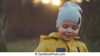 regarder, portrait, appareil photo, garçon, 2-year-old