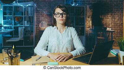 regarder, portrait, dame affaires, bureau, appareil photo, défaillance temps, séance, bureau