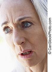 regarder, portrait, femme aînée, désordre
