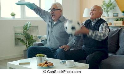 regarder, retiré, excité, lent, cris, haut-cinq, hommes, football, mouvement, alors