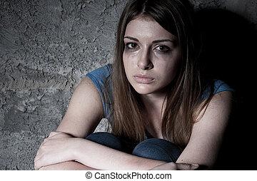 regarder, séance femme, mur, sommet, hopelessness., jeune, contre, sombre, quoique, appareil photo, pleurer, vue
